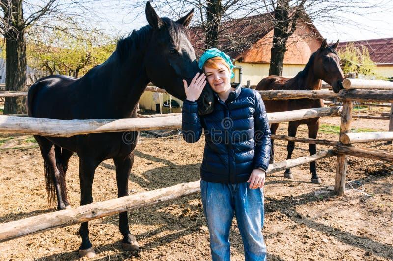 Kvinna med hästen royaltyfria foton
