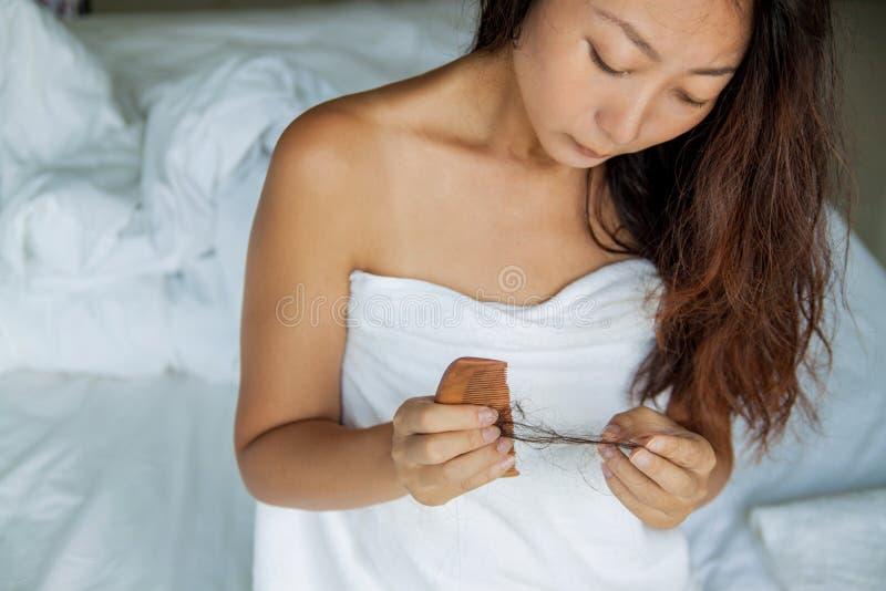 Kvinna med hår och hårkammen i hand Begrepp för hårförlust arkivbilder