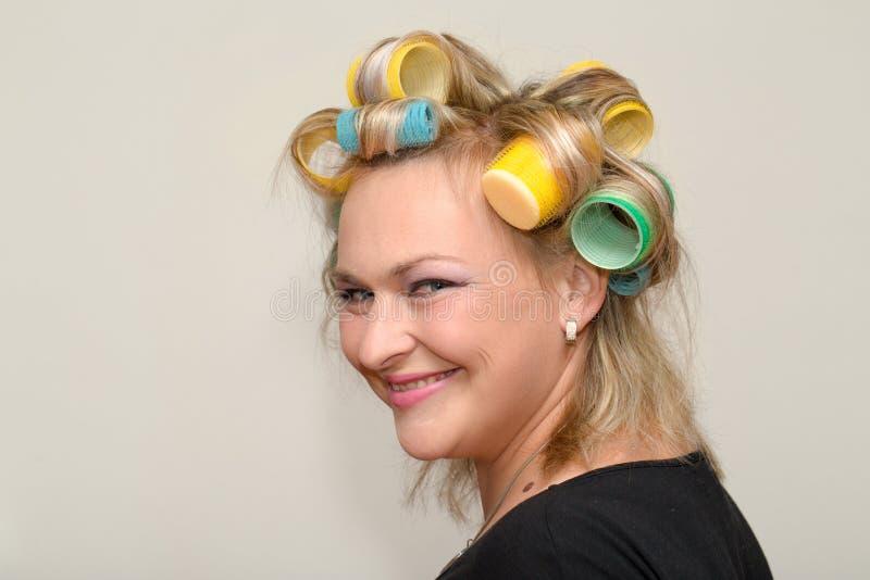 Kvinna med hårrullen royaltyfri foto