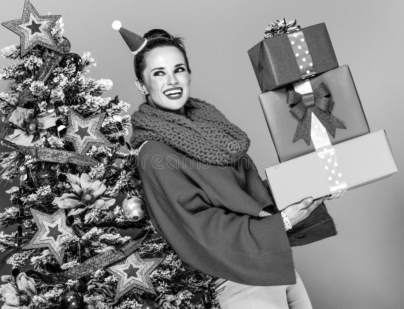 Kvinna med högen av julklappaskar arkivfoton