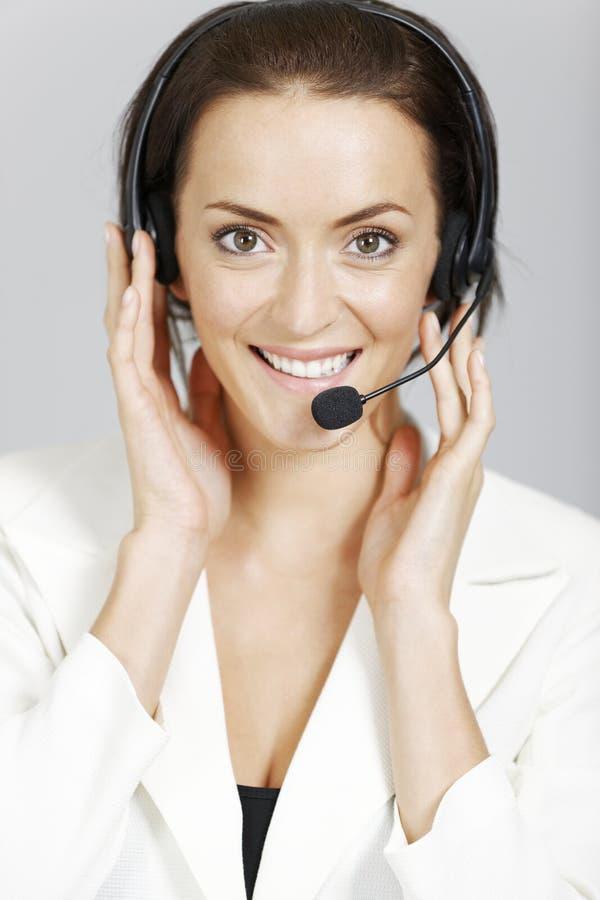 Kvinna med hörlurar med mikrofon. royaltyfri foto