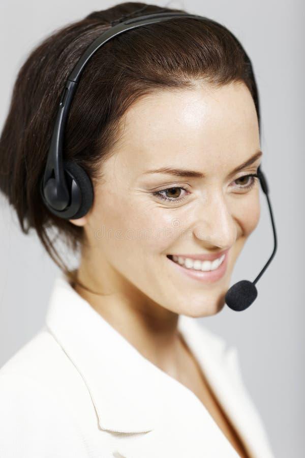 Kvinna med hörlurar med mikrofon. fotografering för bildbyråer