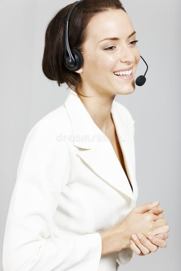 Kvinna med hörlurar med mikrofon. arkivfoton