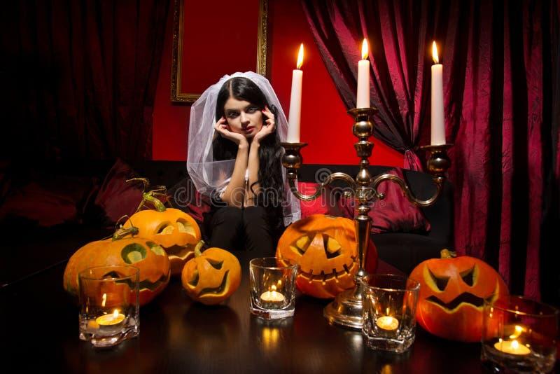 Kvinna med halloween pumpor arkivfoto