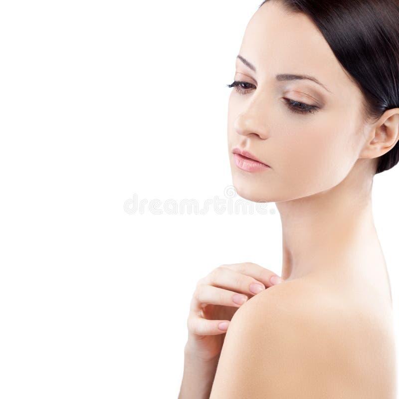 Kvinna med handen på naken skulder royaltyfria bilder