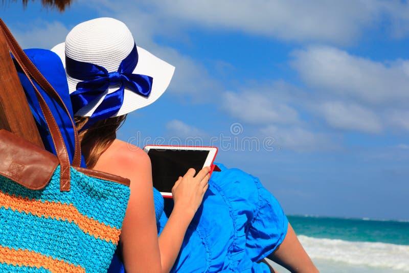Kvinna med handlagblocket på den tropiska stranden arkivbilder