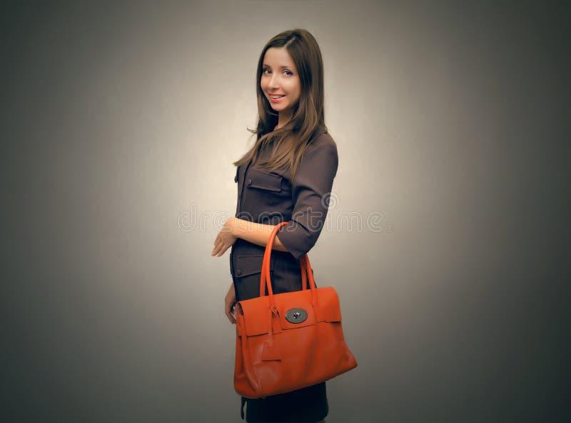 Kvinna med handväskapåsen fotografering för bildbyråer