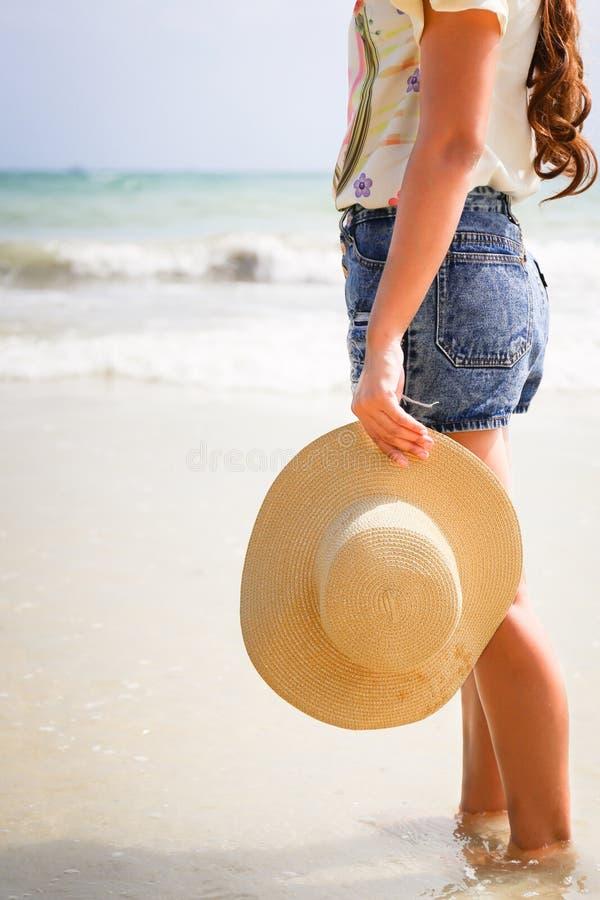 Kvinna med hattanseende royaltyfri foto