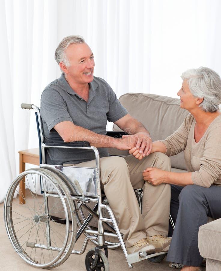 Kvinna med henne maka i en rullstol 免版税库存照片