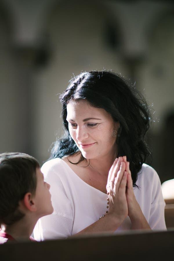 Kvinna med hennes be för son royaltyfri fotografi