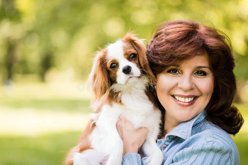Kvinna med hennes hund i natur royaltyfri fotografi