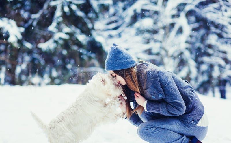 Kvinna med hennes hundanbudplats royaltyfria bilder