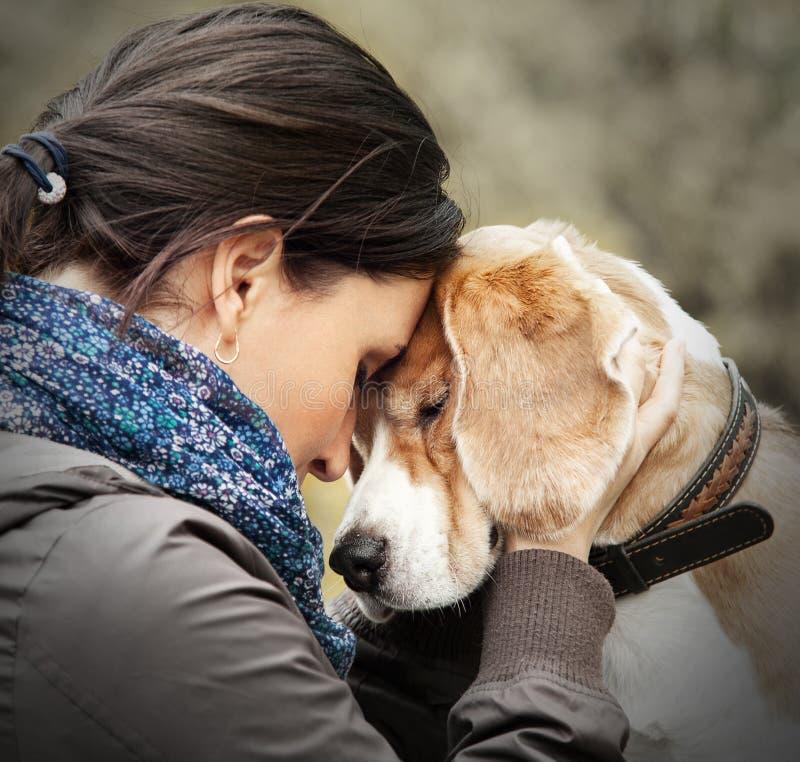Kvinna med hennes hundanbudplats arkivfoto