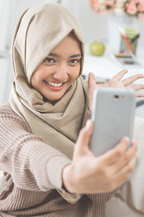 Kvinna med hijab som tar selfie arkivfoton