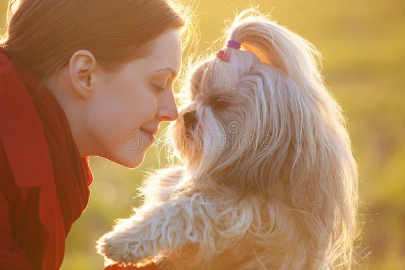 Kvinna med hunden royaltyfri bild