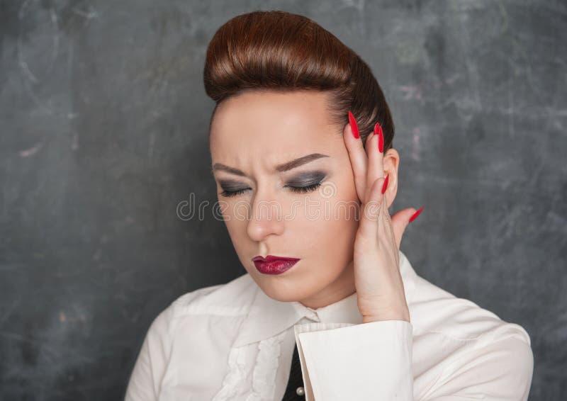 Kvinna med huvudvärk arkivbild