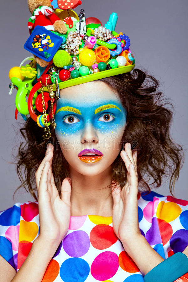 Kvinna med idérik makeup för popkonst arkivbild