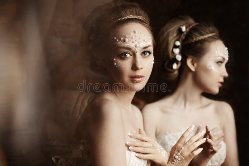 Kvinna med idérikt smink av pärlor royaltyfri fotografi