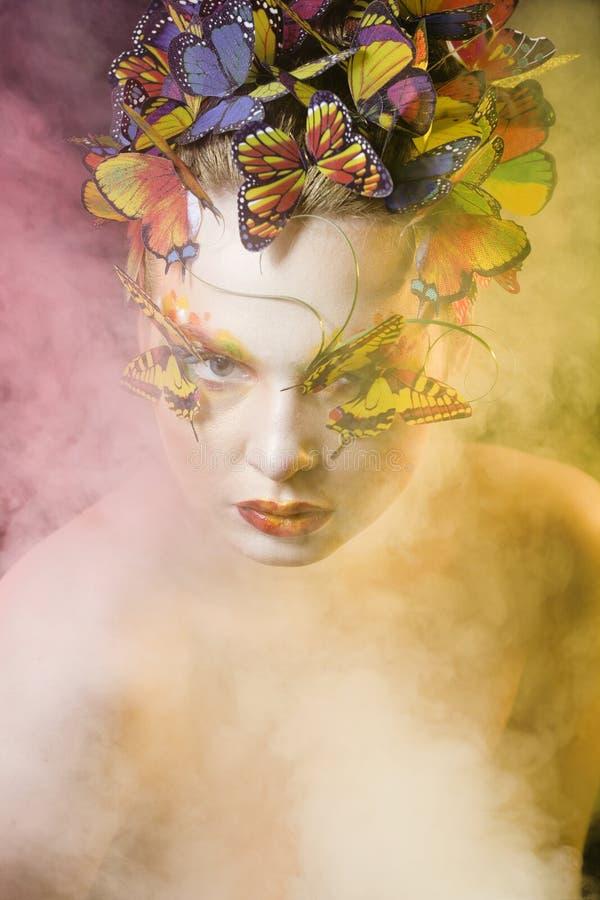Kvinna med idérikt smink för sommar som fe arkivbild