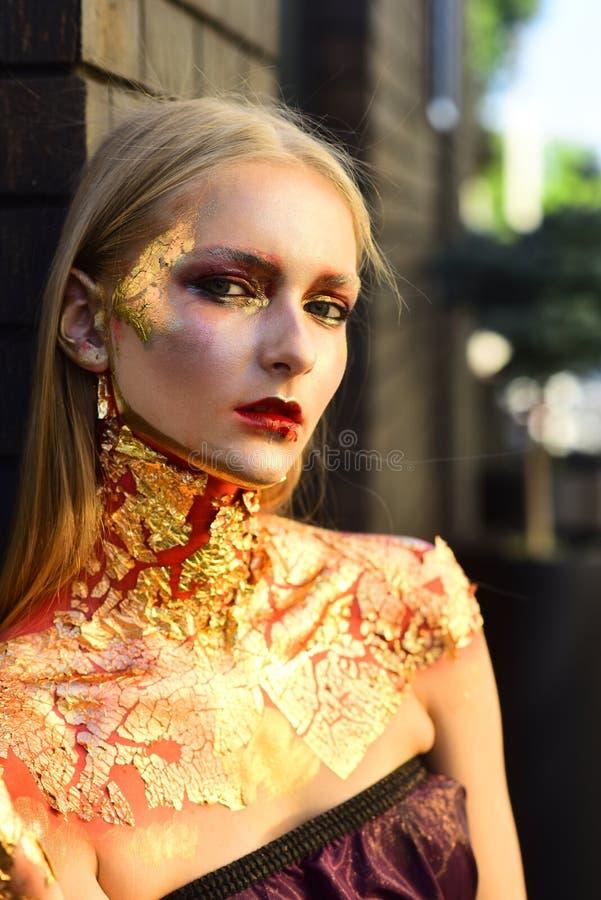 Kvinna med id?rik makeup f?r modernt mode arkivfoto