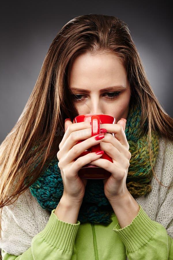 Kvinna med influensa som dricker te arkivfoton