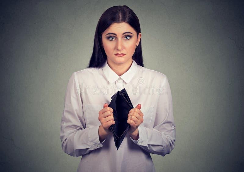 Kvinna med inga pengar Affärskvinna som visar den tomma plånboken arkivfoto