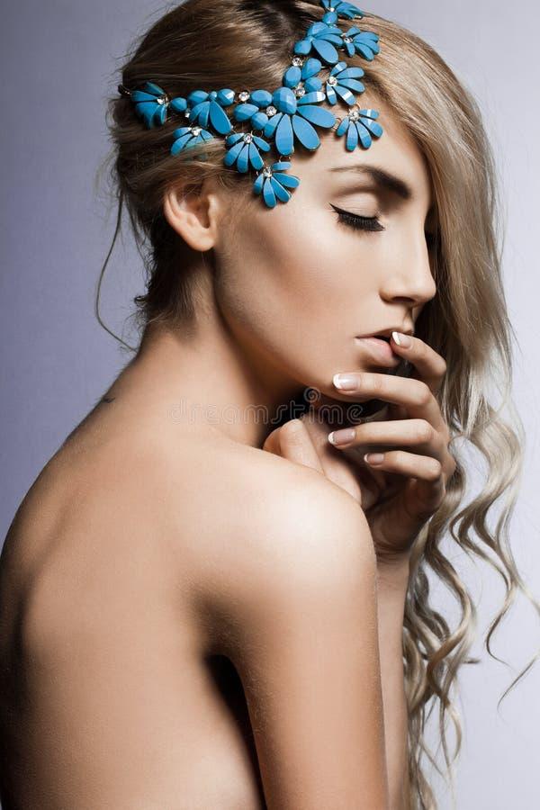 Kvinna med jewellry arkivfoto
