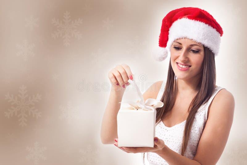 Kvinna med julgåvan royaltyfri bild