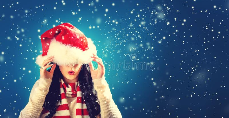 Kvinna med jultomtenhatten som dras över hennes ögon royaltyfria foton