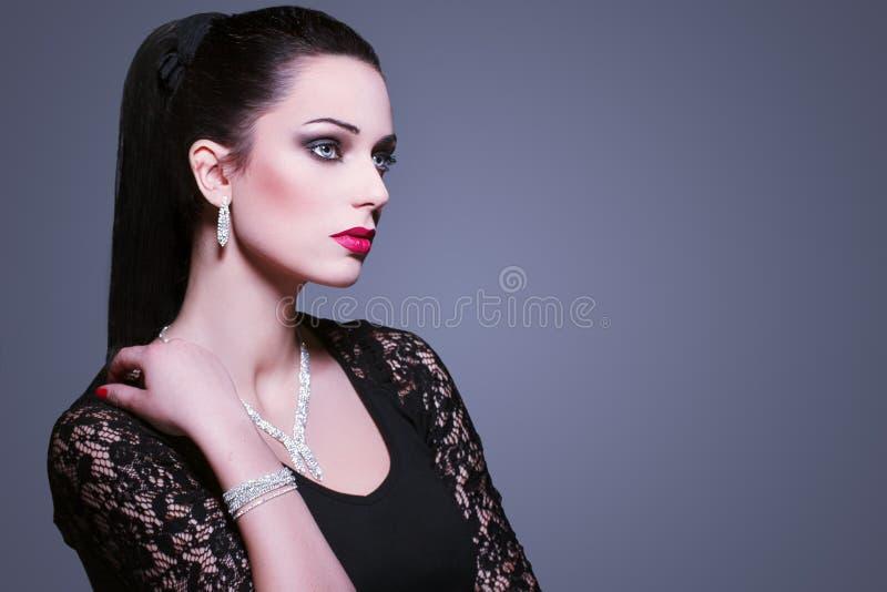 Kvinna med juvlar fotografering för bildbyråer