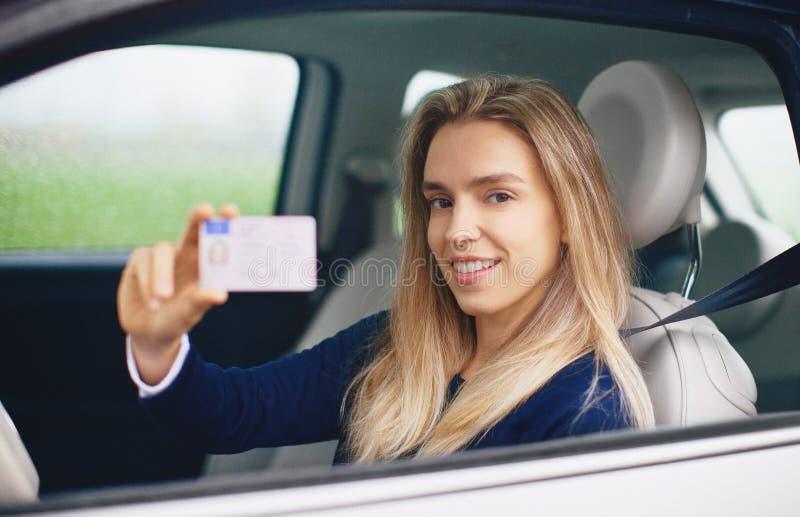 Kvinna med körningslicensen, ung chaufför arkivbild
