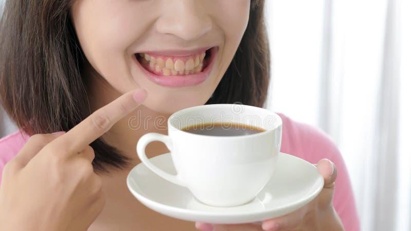 Kvinna med kaffe arkivbild