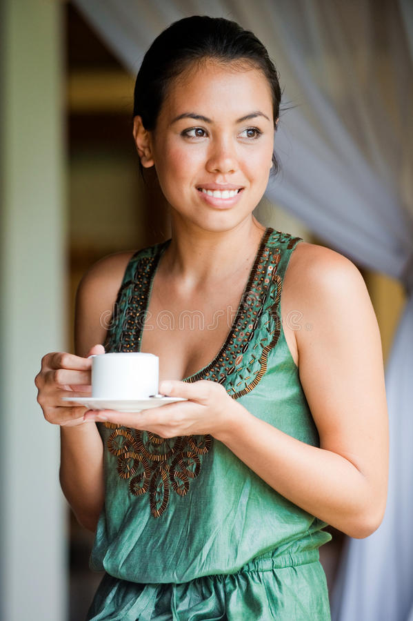 Kvinna med kaffe royaltyfri foto