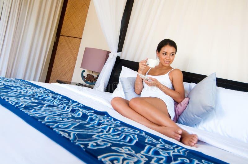 Kvinna med kaffe royaltyfria foton
