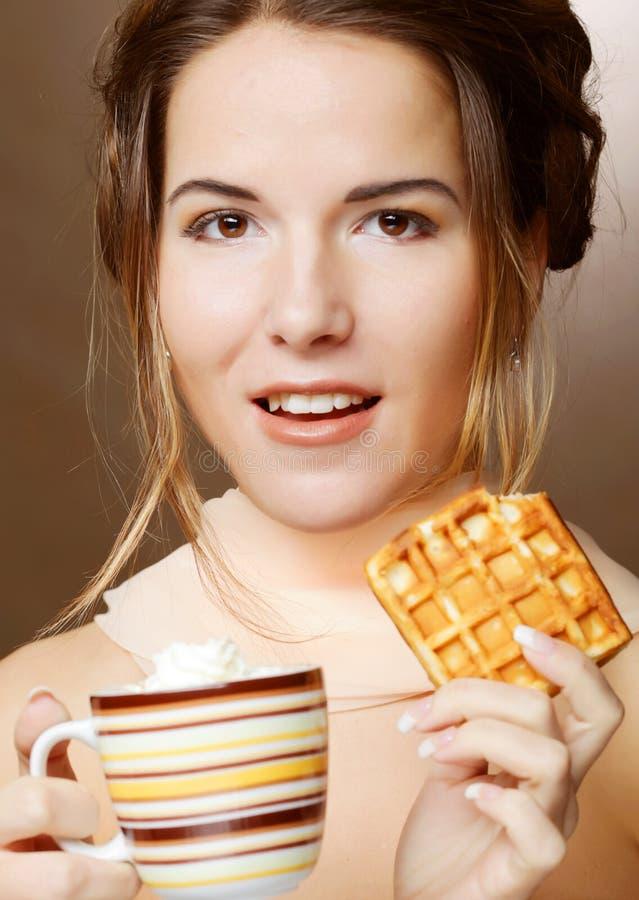 Kvinna med kaffe och kakor royaltyfri fotografi