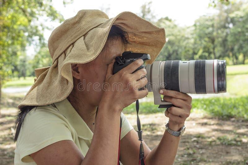 Kvinna med kameran på naturen royaltyfri bild