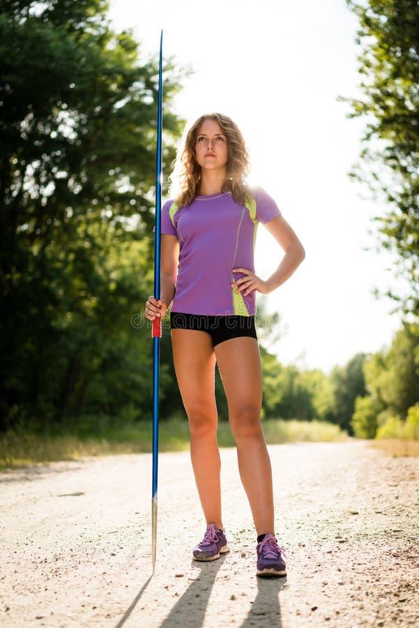 Kvinna med kastspjutståenden fotografering för bildbyråer