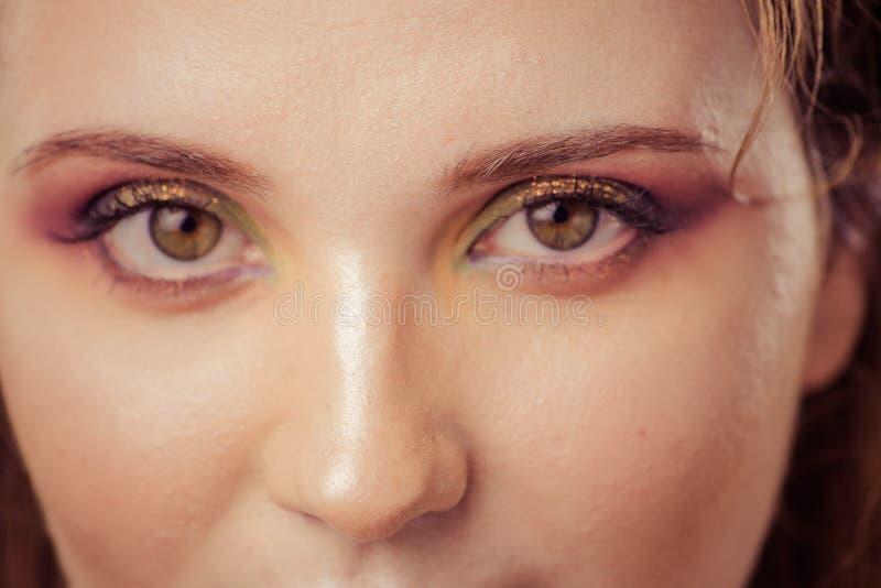Kvinna med konstmodesmink på framsida abstrakt bakgrundsbrown lines bilden royaltyfria foton