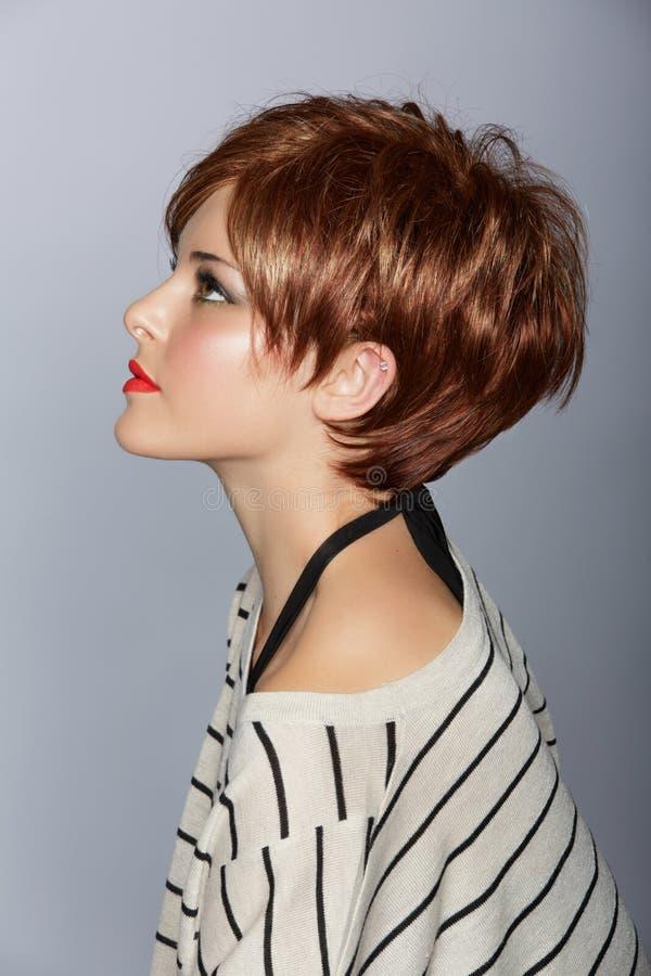 Kvinna med kort rött hår royaltyfri fotografi