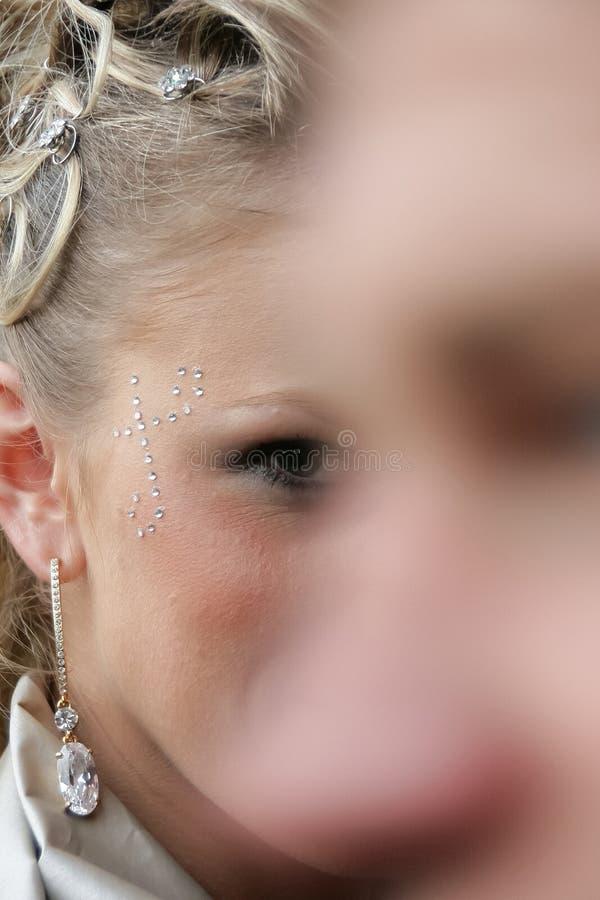Kvinna med kristaller på framsida royaltyfri fotografi
