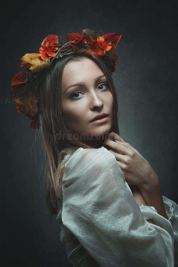Kvinna med kronan för höstsidor arkivbild