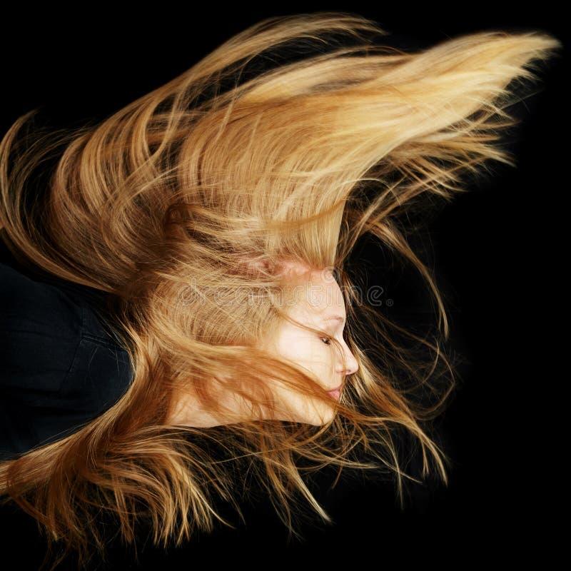 Kvinna med långt blont flyghår arkivfoton