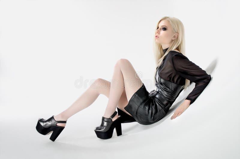 Kvinna med långt blont hår i studion royaltyfri bild