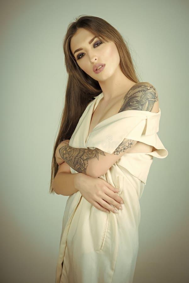Kvinna med långt brunetthår, frisyr, skönhet, salong arkivbild