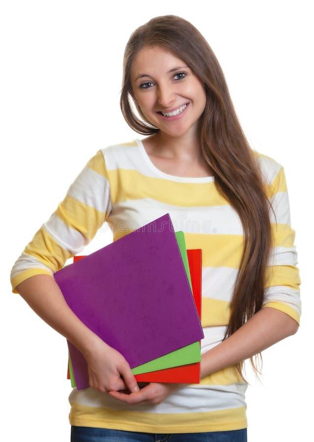 Kvinna med långt hår och färgrik skrivbordsarbete royaltyfri bild