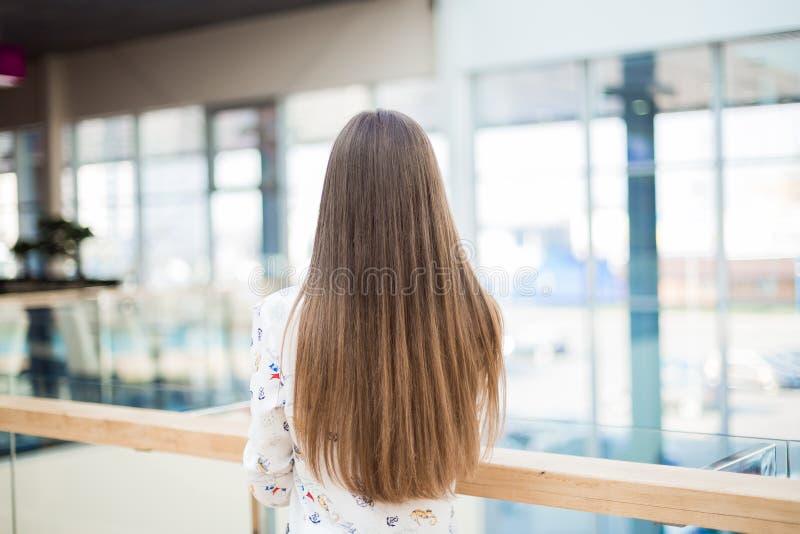 Kvinna med långt naturligt hår som tillbaka står arkivbilder