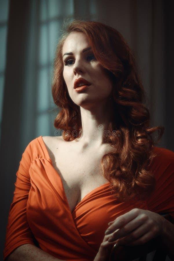 Kvinna med långt rött hår arkivbilder