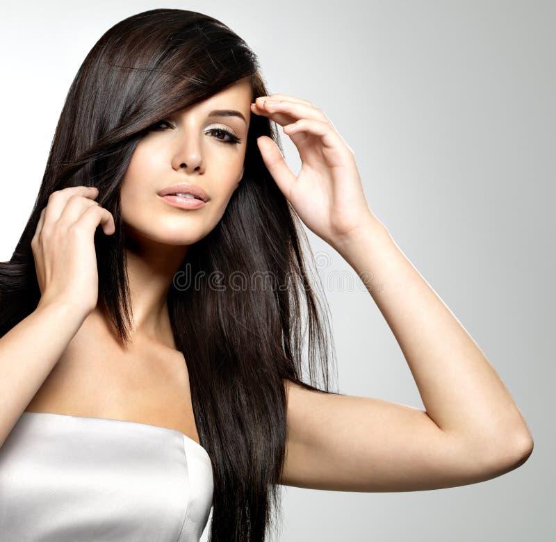 Kvinna med långt rakt hår för skönhet arkivfoton