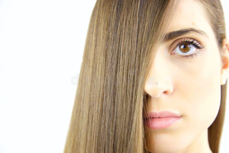 Kvinna med långt silkeslent brunt hår och den härliga kantcloseupen royaltyfri fotografi