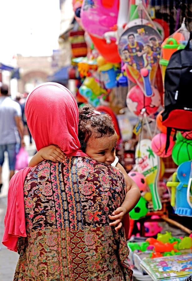 Kvinna med lilla flickan i medina av Essaouira arkivfoto